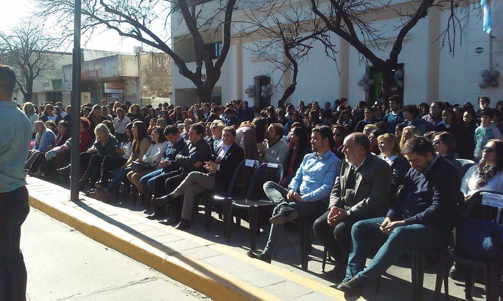 Las autoridades municipales festejaron junto a la comunidad educativa del Comercial.