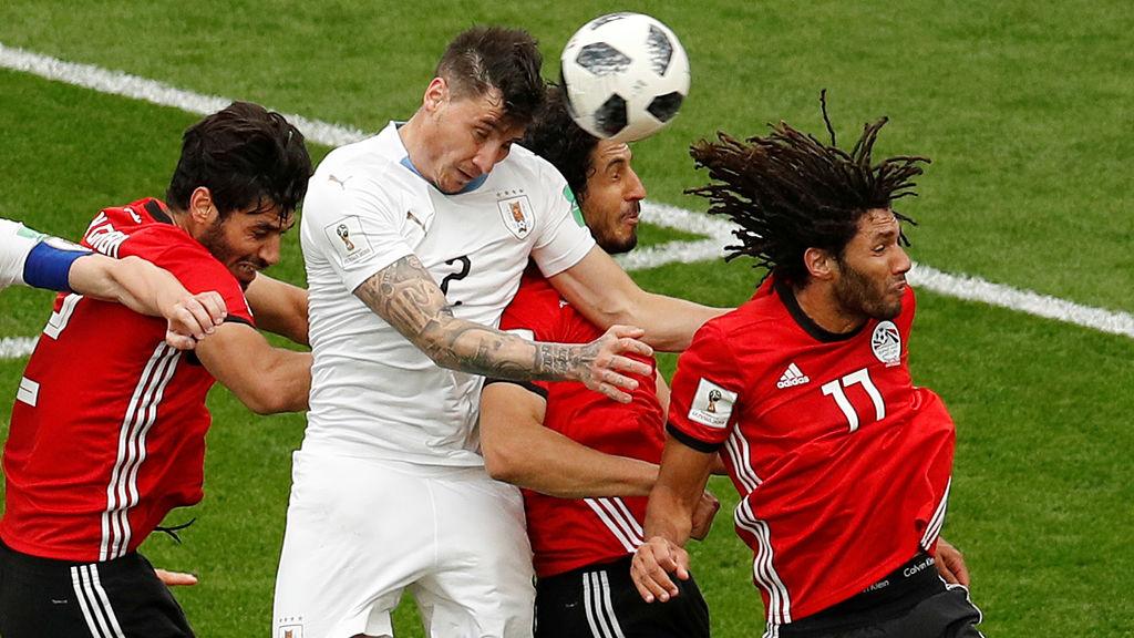 El cabezazo de Giménez terminará en la red y será triunfo uruguayo.