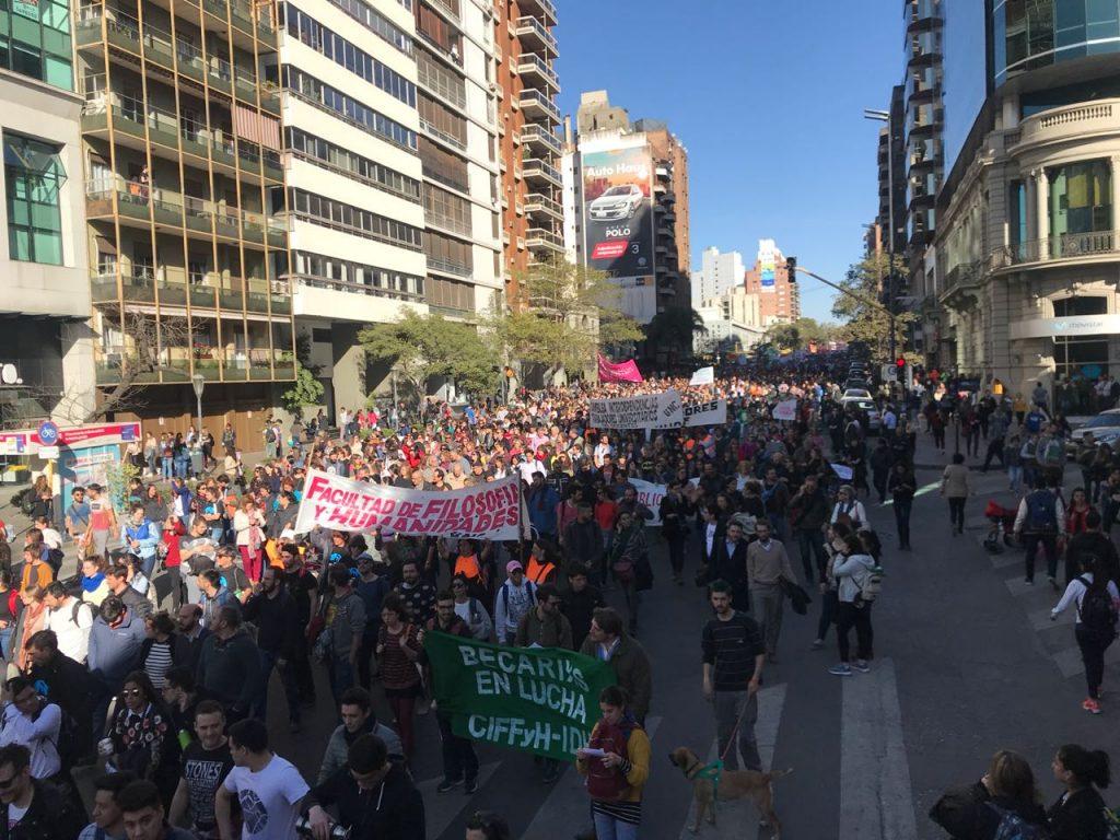 Alrededor de 100 mil estudiantes, docentes y no docentes se autoconvocaron para marchar por las Universidades Públicas