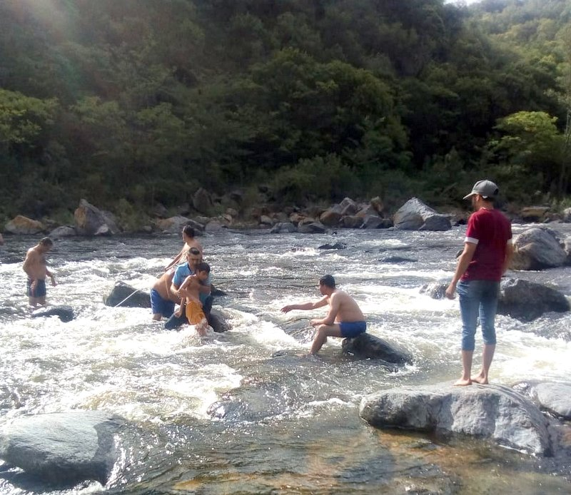 La Policía rescató a un niño a punto de ser arrastrado por el río
