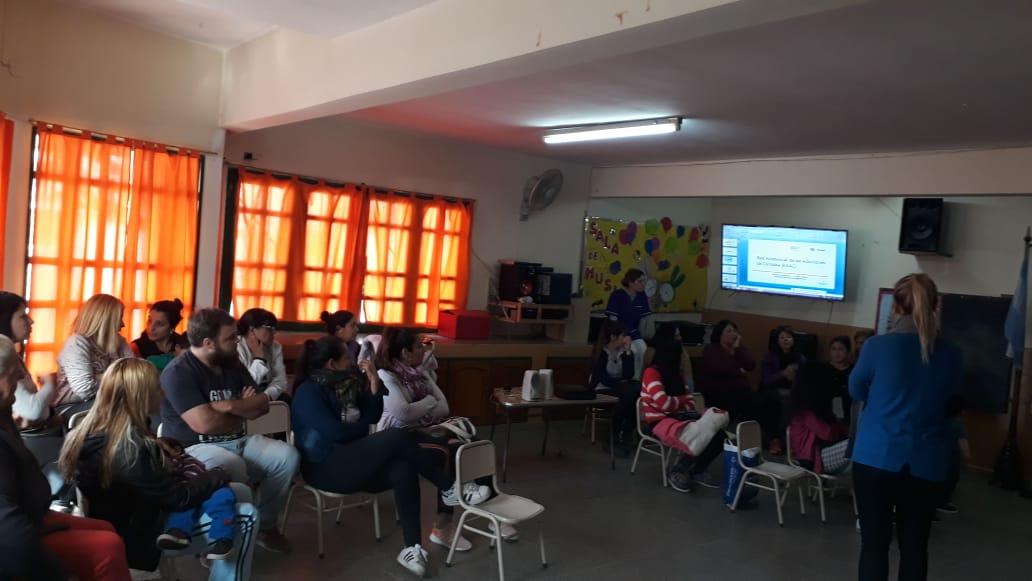Padres y maestros durante el desarrollo del taller.