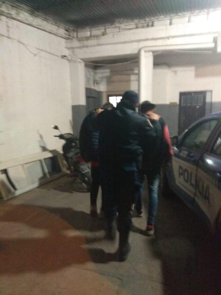 Dejó su motocicleta en el patio y tres adolescentes se la robaron