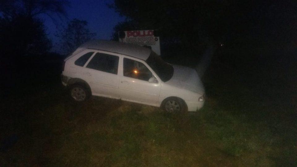 Perdió el control del vehículo y terminó sobre un montículo de tierra
