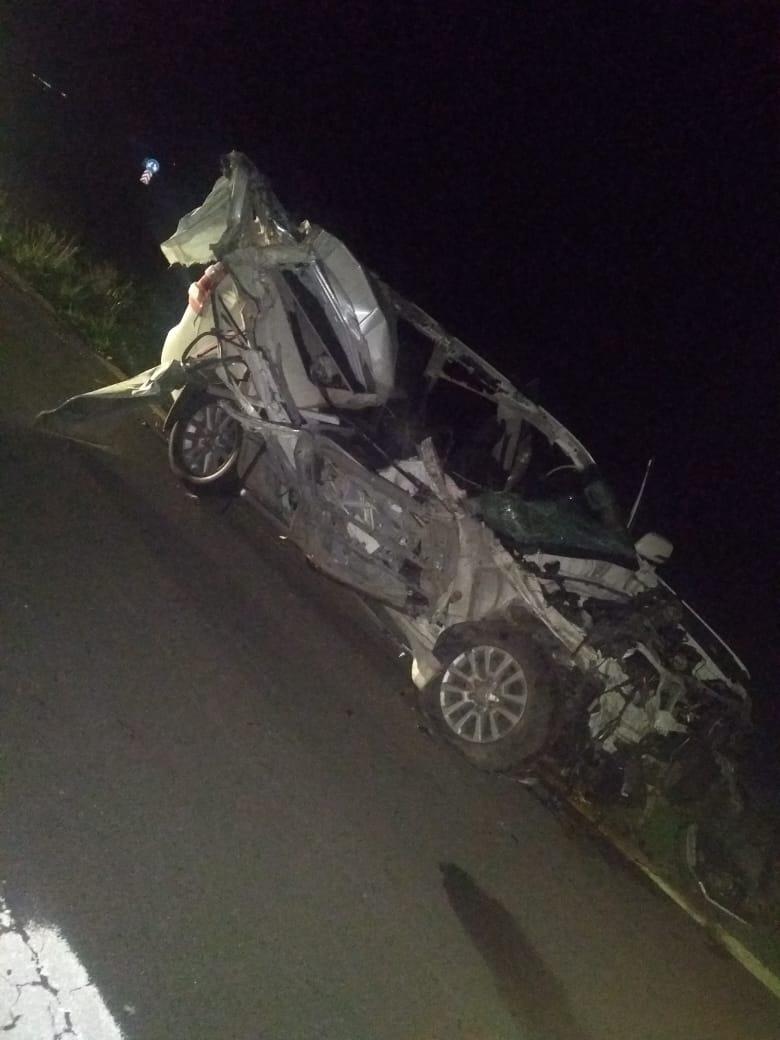 Una camioneta destrozada luego de chocar contra un camión: el conductor estable