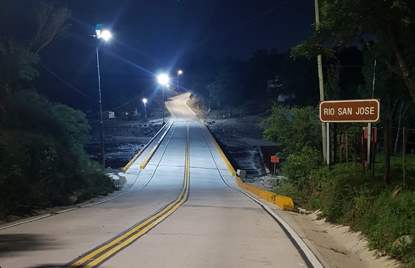 El puente sobre el río San José, en San Clemente, ahora cuenta con luces LED