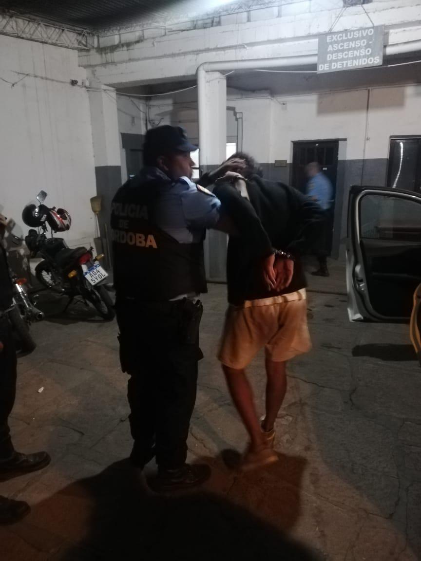 Intentó agredir a un policía mientras se lo controlaba y terminó detenido