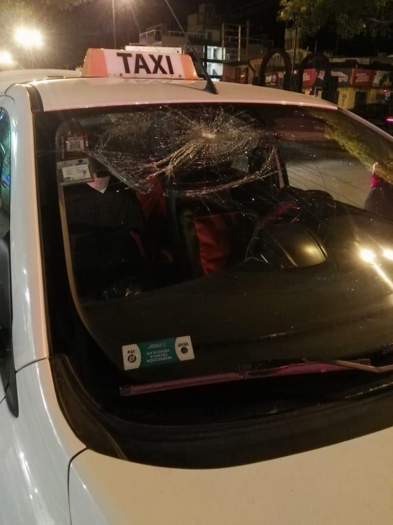 Discutió, le rompió el parabrisas del taxi y terminó detenido