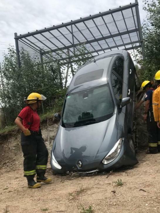 Un vehículo cayó desde la cochera de un complejo turístico
