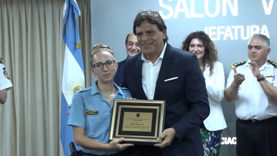 Fue reconocida la agente de policía que ayudó a dos turistas en Mina Clavero