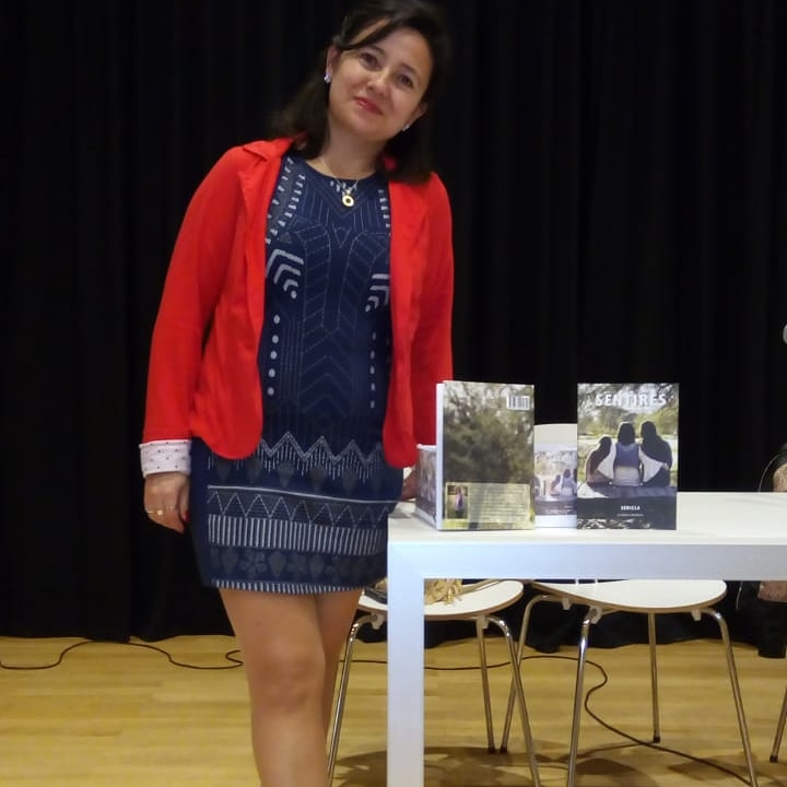 Claudia en una de las presentaciones de su libro