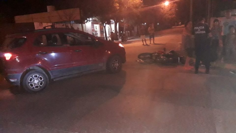 Choque de auto y moto dejó dos heridos