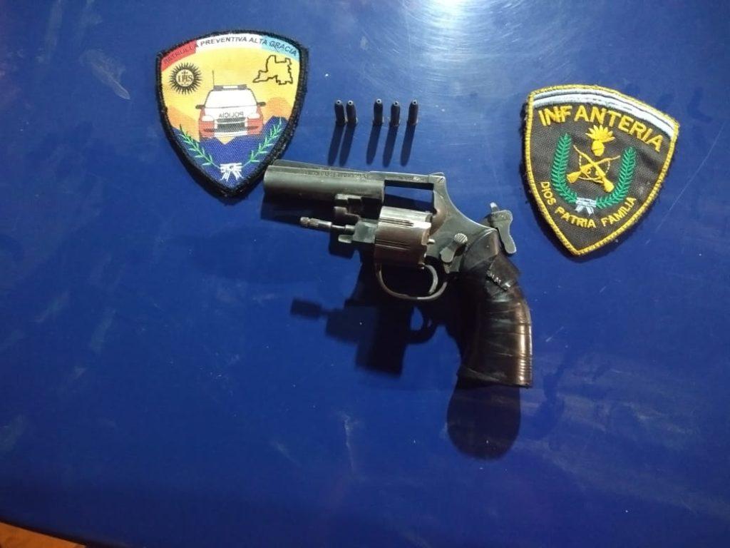 Quedó detenido luego de amenazar con un revólver a su hermana