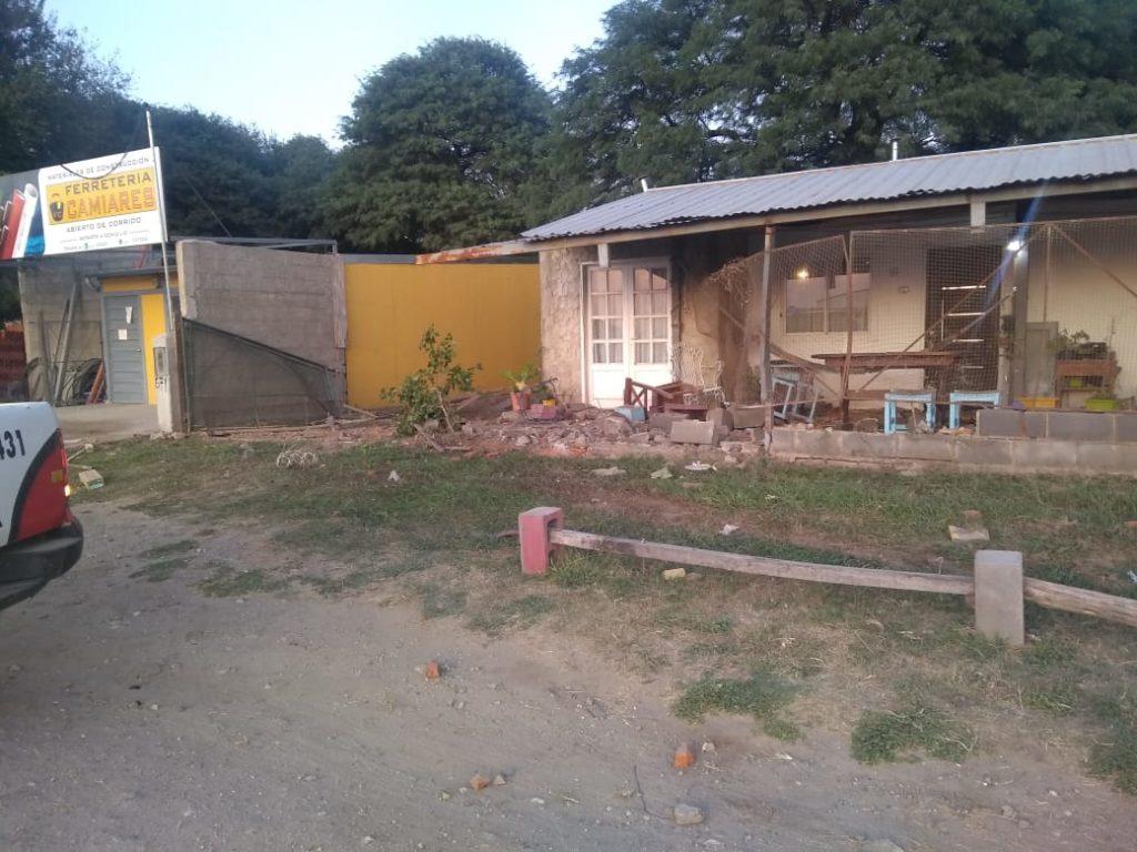 Villa Camiares: chocó contra una vivienda y sufrió lesiones