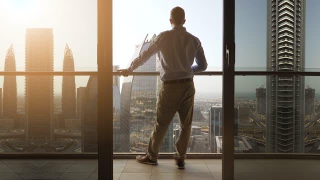 Ocurrió en Nueva York, en plena cuarentena por el virus. Un amor de balcón a terraza.