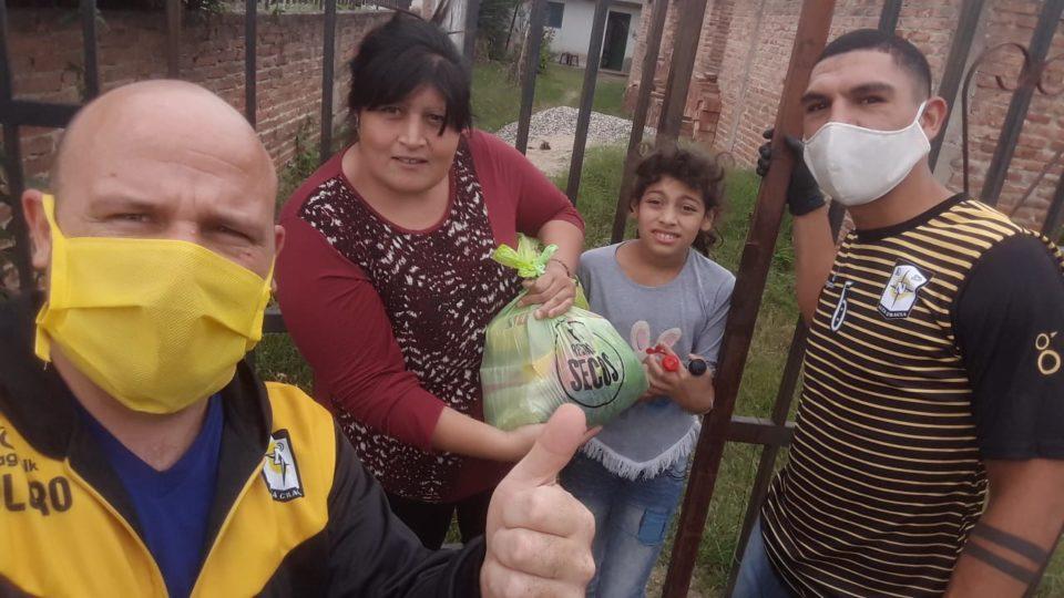 Repartieron bolsones con alimentos y ropas en distintos barrios de la ciudad.