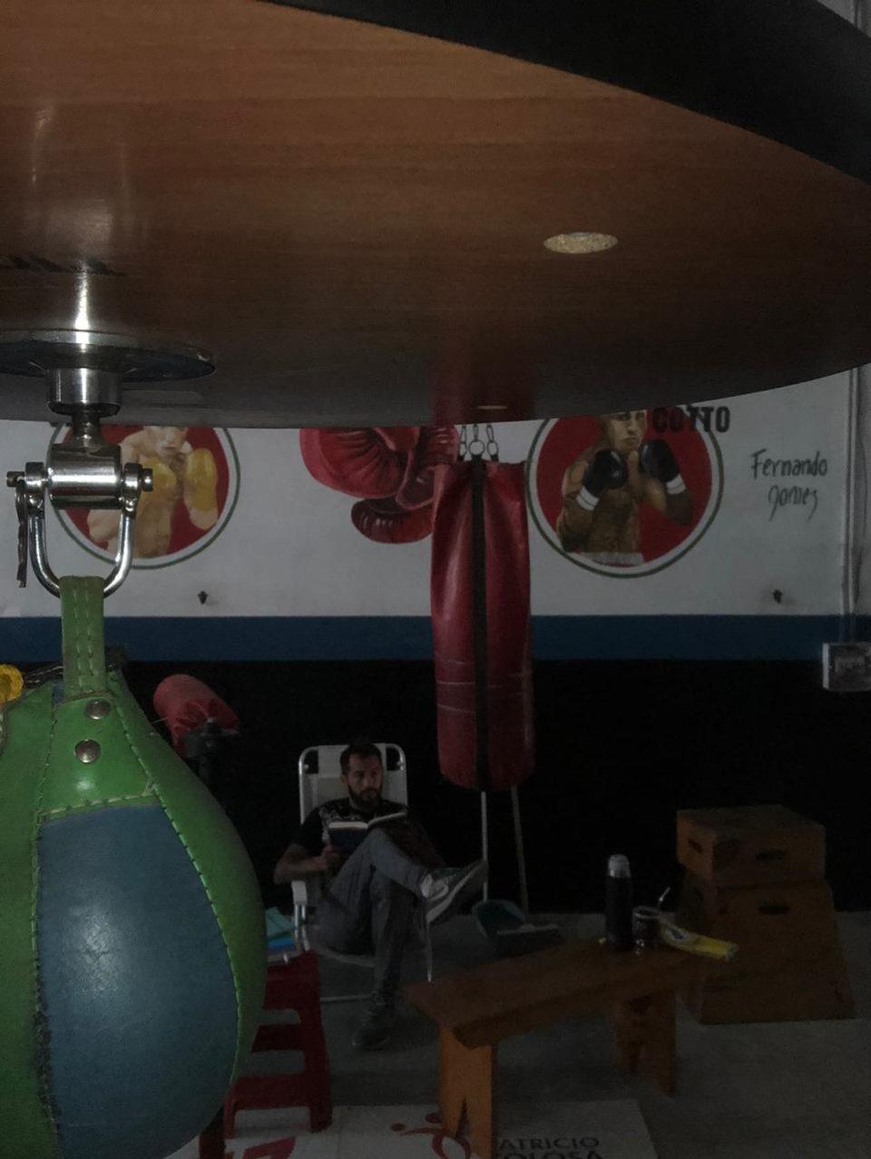 Fofi Moreschi vive en su gimnasio y su día lo reparte entre el boxeo, la lectura y unas cuantas actividades que seguro les sorprenderá.
