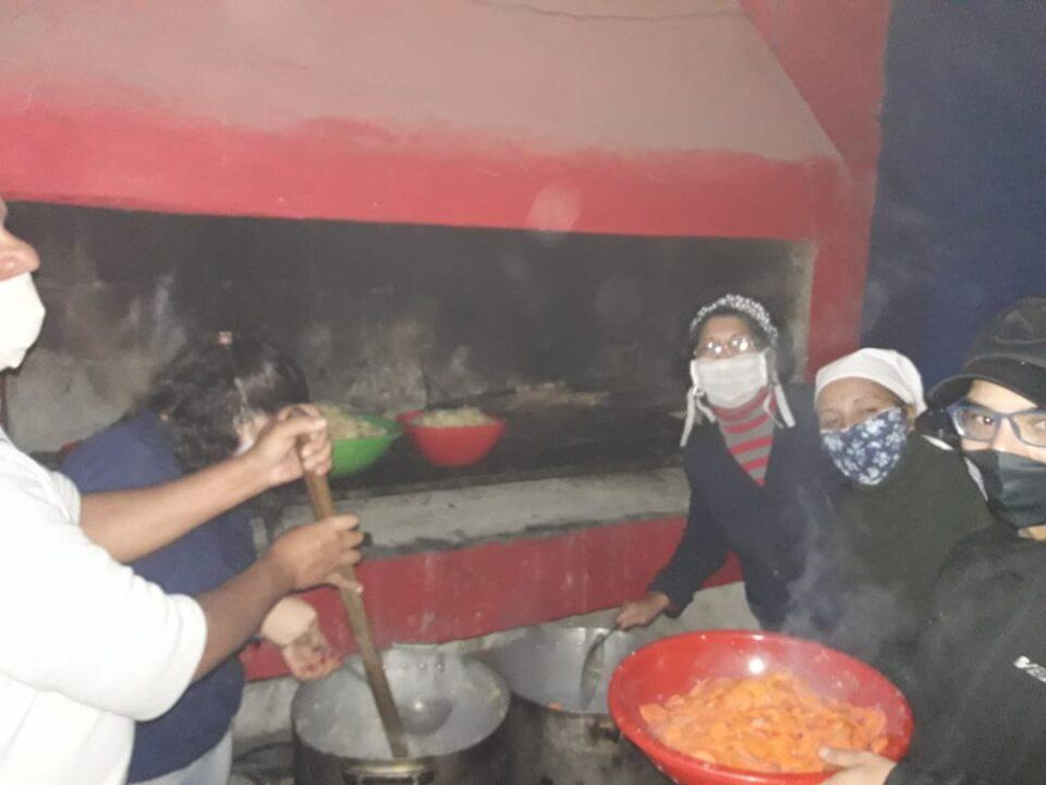 Vecinalistas de Alta Gracia tuvieron una jornada a pura solidaridad. Cocinaron y repartieron comida en los distintos barrios de Alta Gracia.
