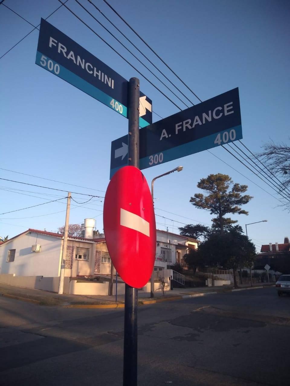 Las calles de Alta Gracia, y su señalética a veces más que ayudar, confunde. Y si no, veamos...
