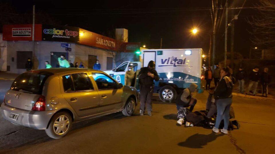 Una motociclista fue atendida en la vía pública con fractura expuesta en una pierna. Dalinger y Paraguay.