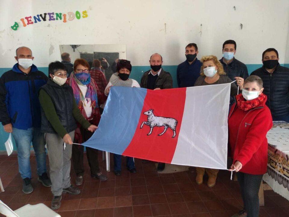 En el acto, las autoridades vecinales de barrio Córdoba recibieron el estandarte de manos de los organizadores del proyecto.