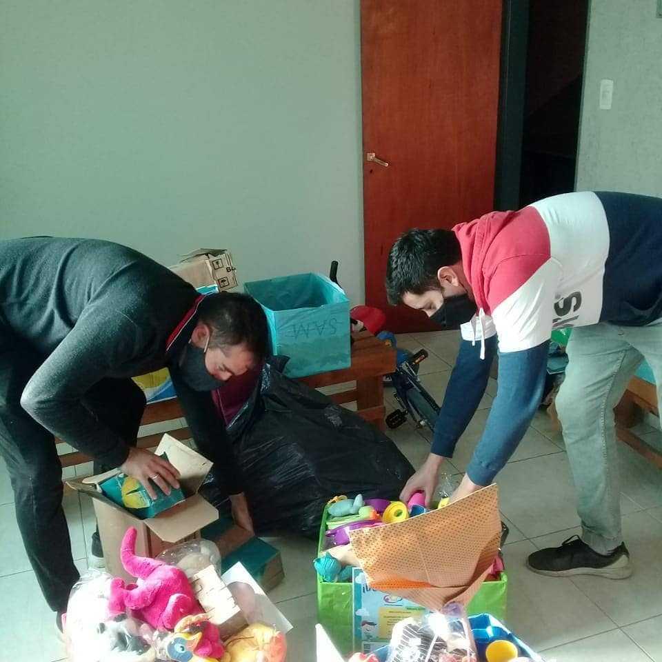Acción Transformadora tuvo su debut entregando juguetes y alimentos en merenderos de la ciudad y la zona.