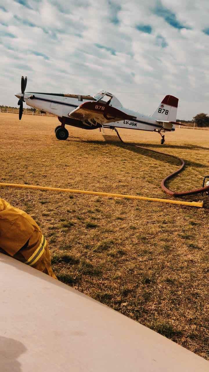 Bomberos de Alta gracia combaten el incendio que se acerca a la CONAE