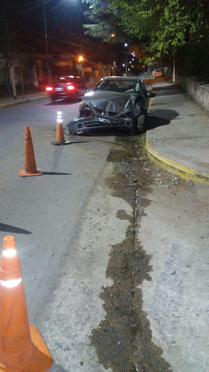Perdió el control del auto y terminó colisionando contra la pared