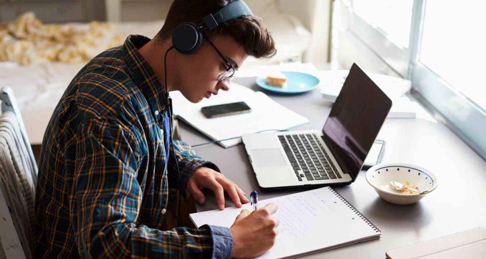 Los estudiantes se encuentran tomando clases virtuales debido a la cuarentena