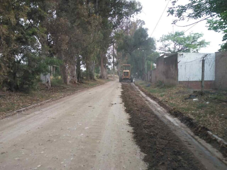 La Secretaría de Gobierno e Infraestructura, informó que continúa el plan de mantenimiento de calles de tierra en los diferentes barrios de la ciudad.