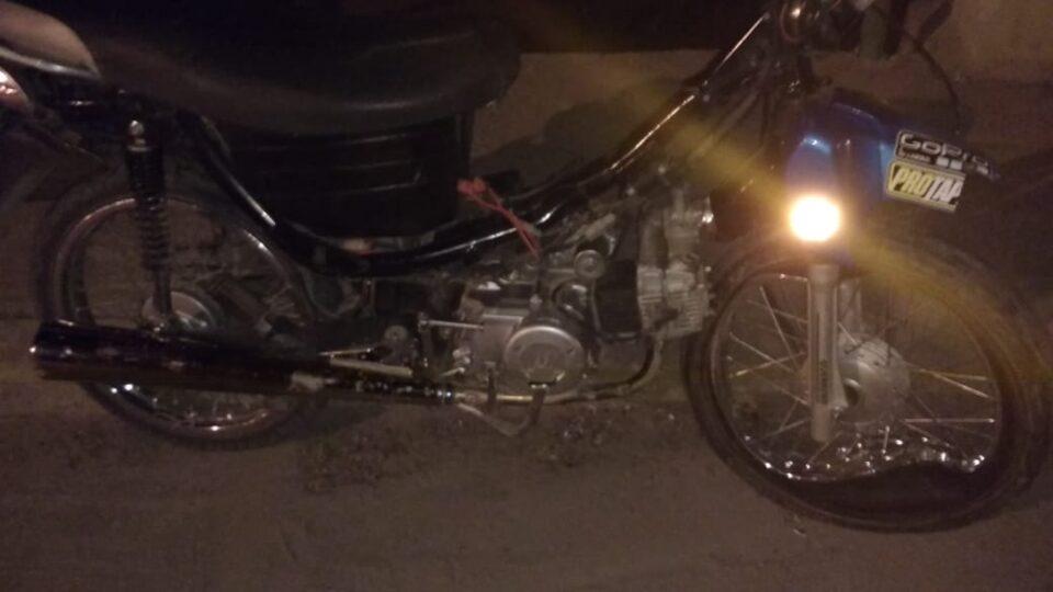 Perdieron el control de la motocicleta y terminaron en el hospital