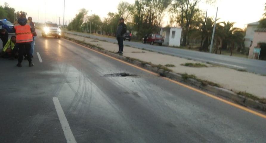 Un hombre se lanzó a la ruta mientras su motocicleta se incendiaba