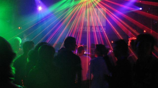 25 jóvenes realizaban una fiesta cuando la policía irrumpió