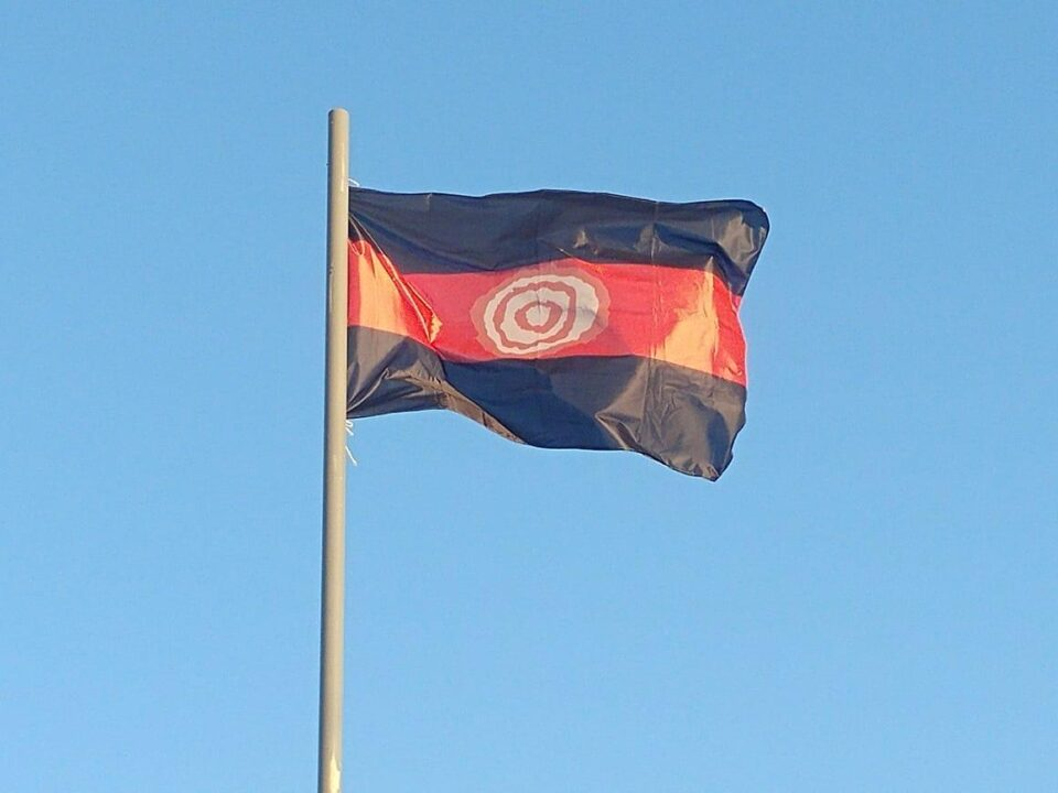 Alta en el cielo: en Villa Camiares ya flamea la bandera del barrio