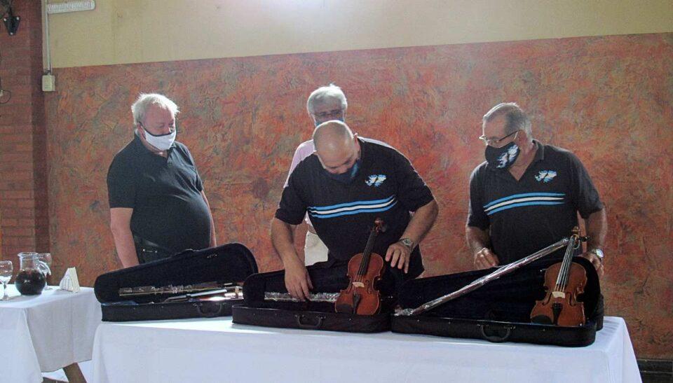 Ex Combatientes de Malvinas entregaron violines a la primera orquesta social del departamento