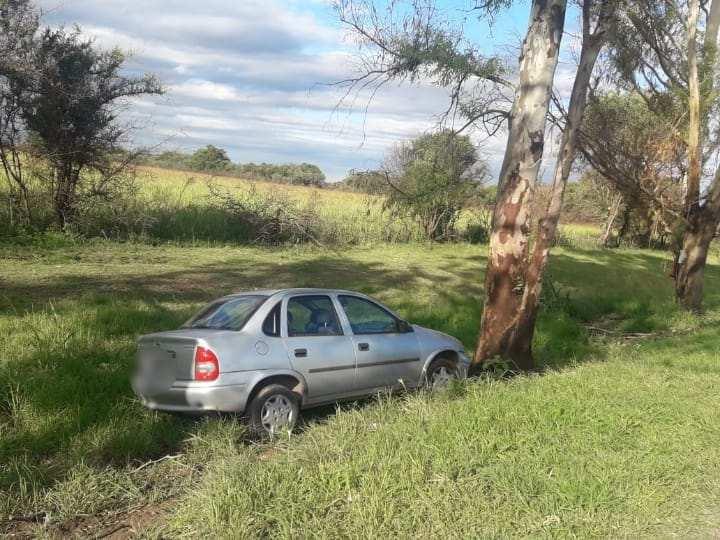 Despistó y terminó contra un árbol en la colectora de autopista