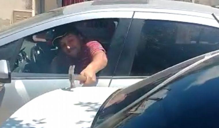 Filmó cuando su ex le daba martillazos a un auto