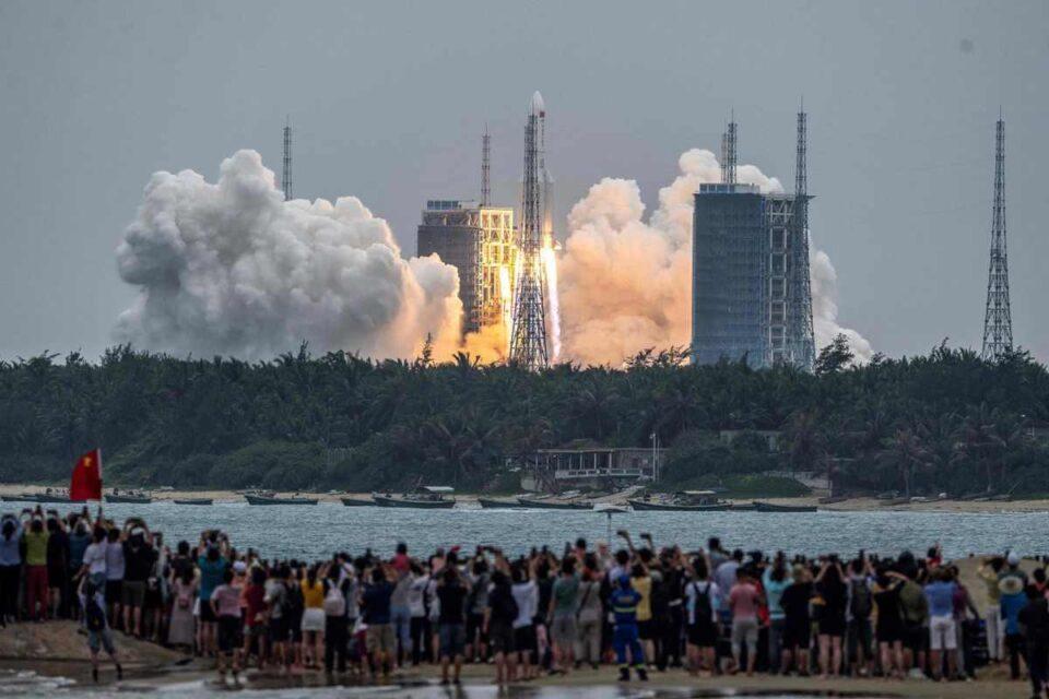 Una buena: El cohete chino se desintegró a la altura del mar Arábigo