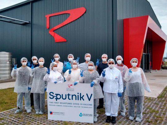 El laboratorio Richmond informó que concluyó la producción de sus primeras 448.625 dosis de la vacuna Sputnik V contra el coronavirus, a través de su cuenta de la red social Twitter.