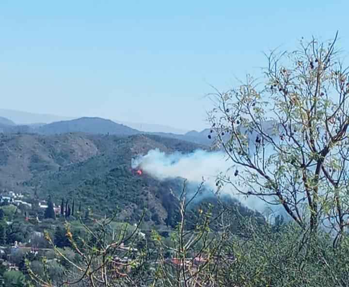 Con aviones hidrantes, dotaciones de bomberos y el ETAC, continua el combate del fuego en los Aromos