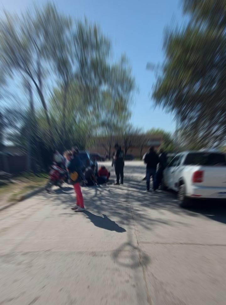 Con fractura incluida: Un motociclista cayó esquivando una puerta abierta de un auto