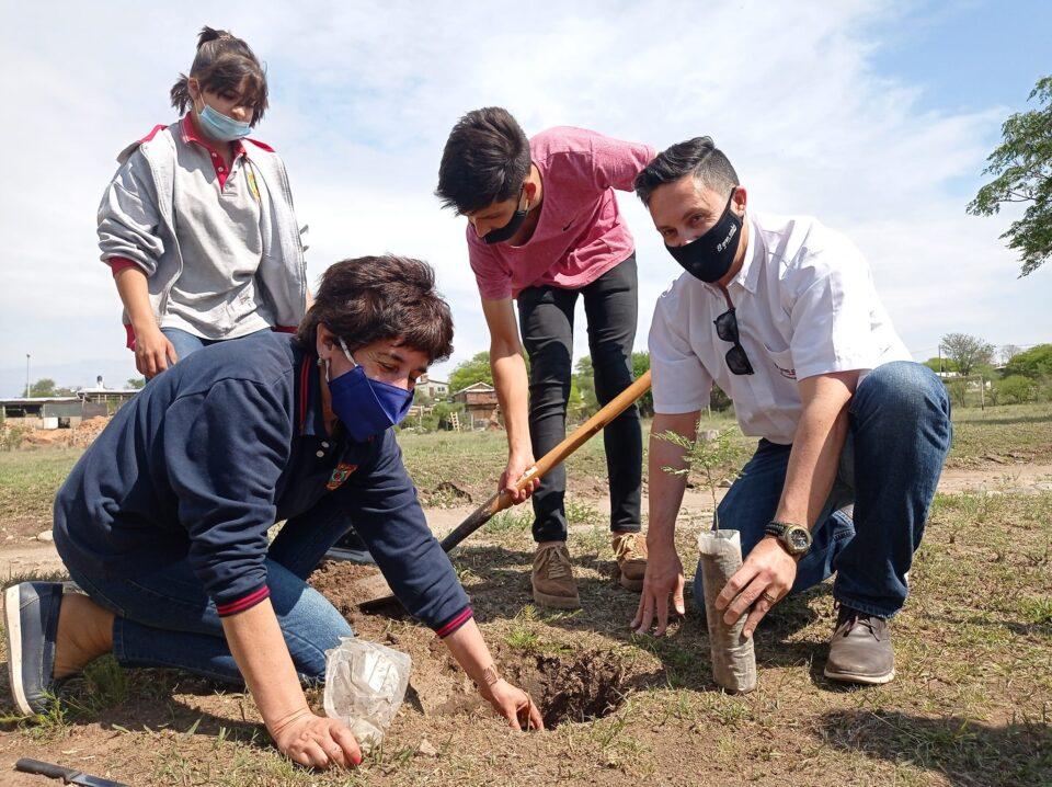 La Escuela de Minería realizó una plantación de árboles autóctonos